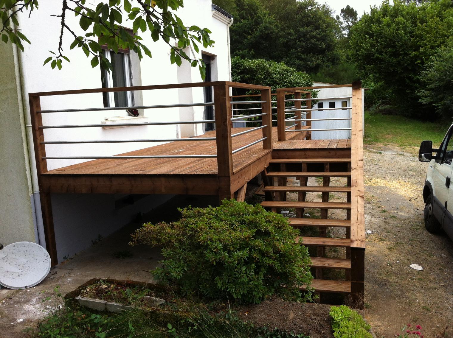 Réalisation d'un terrasse bois traité classe 4 pigmenté marron y compris escalier et balustre bois inox