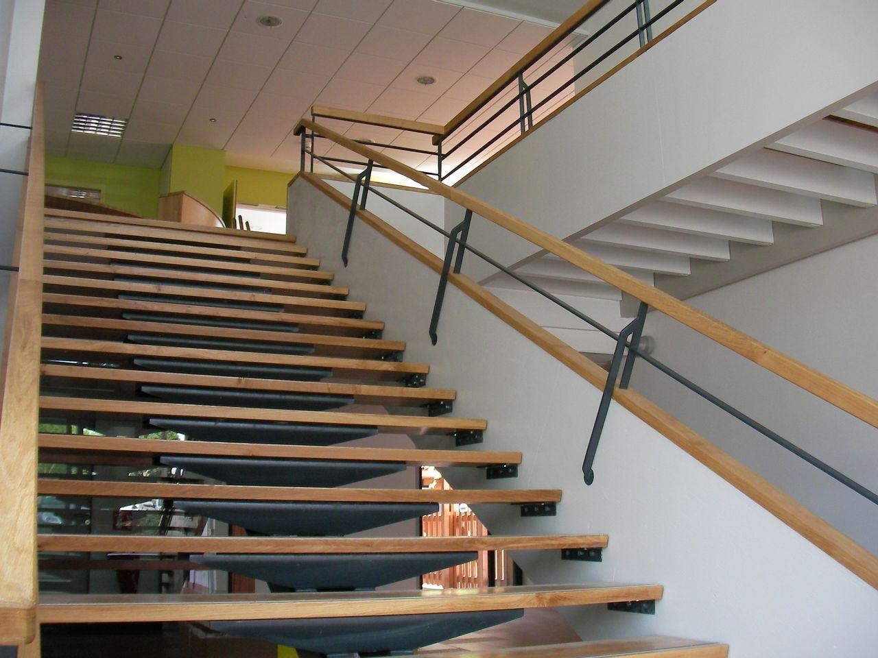 Réalisation d'un solivage, d'un escalier extérieur, et de l'aménagement extérieur en bois pour le centre médicaux social de KERVENANEC à Lorient